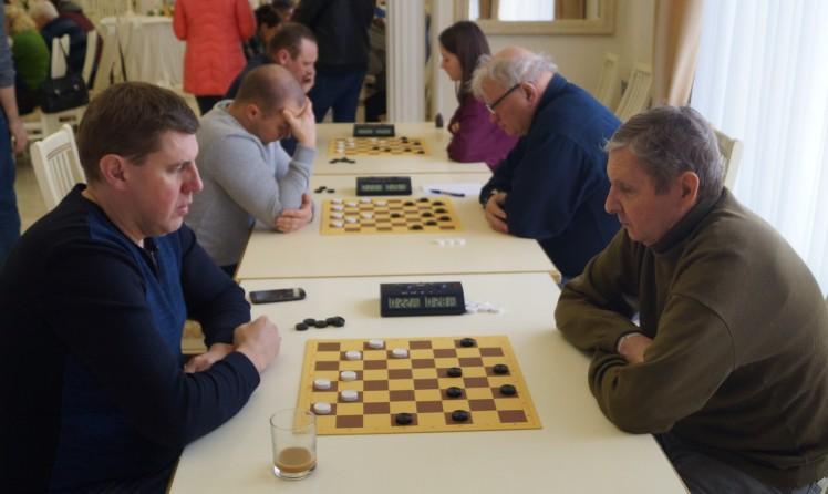 Победитель турнира Сергей Семанов (справа) за игрой