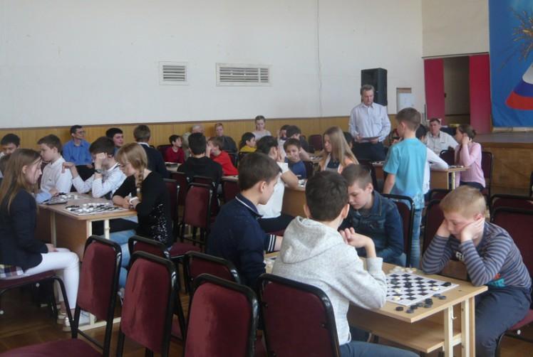 Ростовские школьники увлеченно играют в шашки