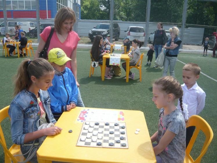 Турнир по шашкам на детском спортивном празднике