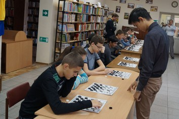 Егор Глушко-Поручевкий (справа) проводит сеанс одновременной игры