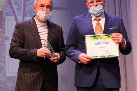Президент федерации шашек Ростова-на-Дону Юрий Буянин (справа) с дипломом конкурса