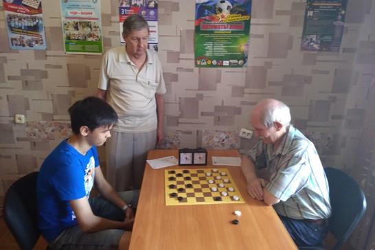 За партией Егора Глушко-Поручевского (слева) и Петра Криворученко наблюдает Сергей Семенов
